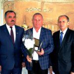 """Vasile Sochirca (în centru), SRL ,,Visagromag""""- Sectorul agrar, întreprinderi mici, locul III"""